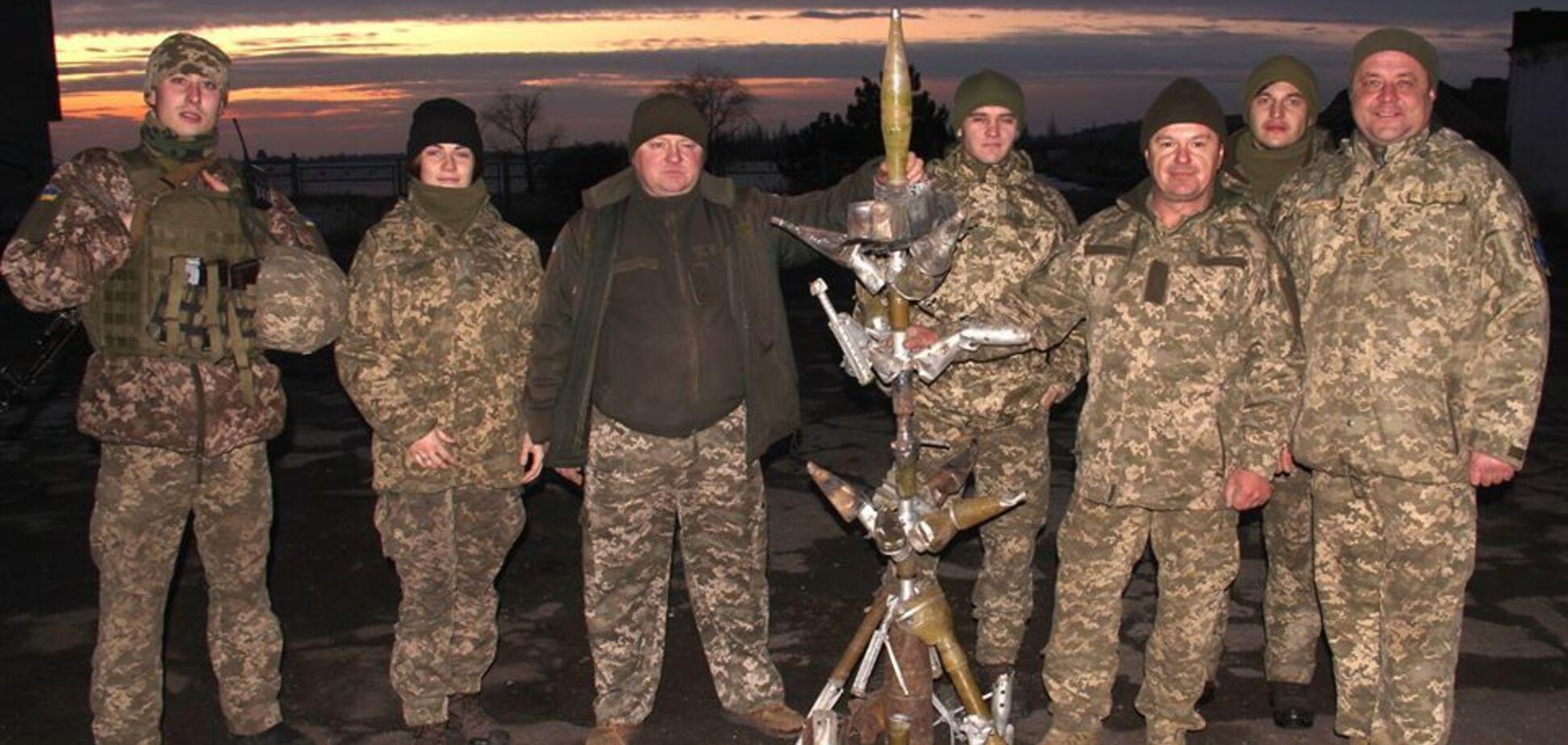 Воїни ООС зібрали ялинку з уламків російських боєприпасів