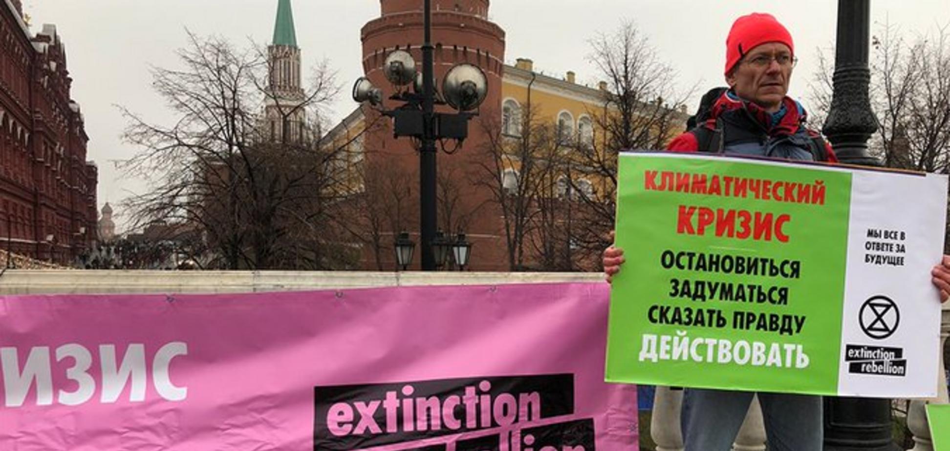 Приковал себя и пообещал не уходить: в Москве активист выдвинул жесткие обвинения против политики Кремля
