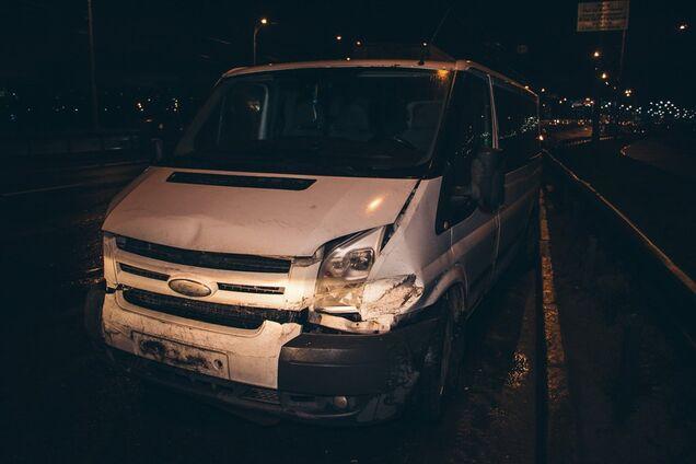 У Києві відвалилася частина мосту і врізалася в машину