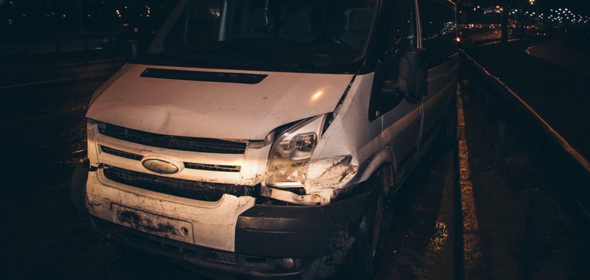 У Києві відвалилася частина мостуі врізалася в машину