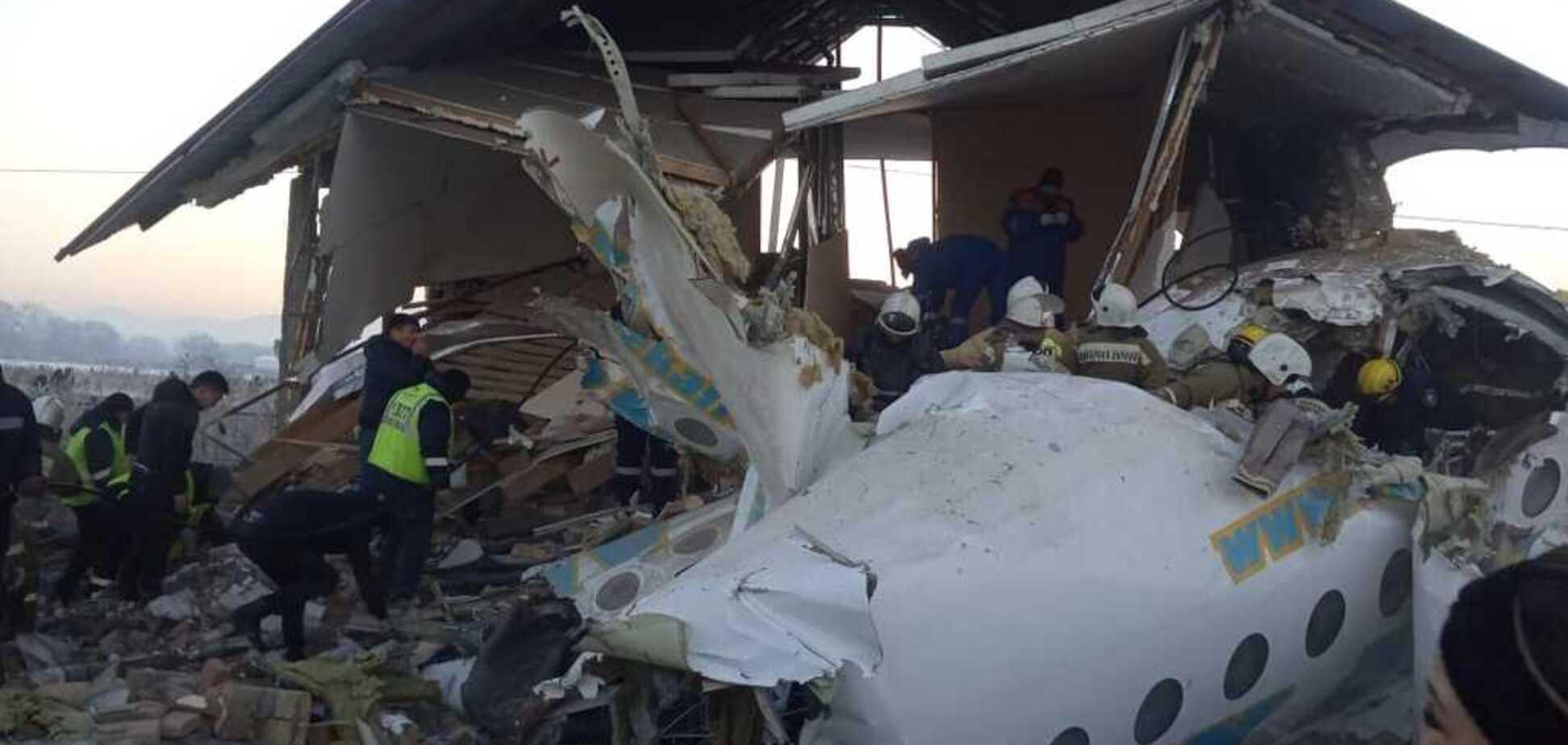 Все в крови и жуткие крики: пассажиры рассказали подробности крушения самолета в Казахстане