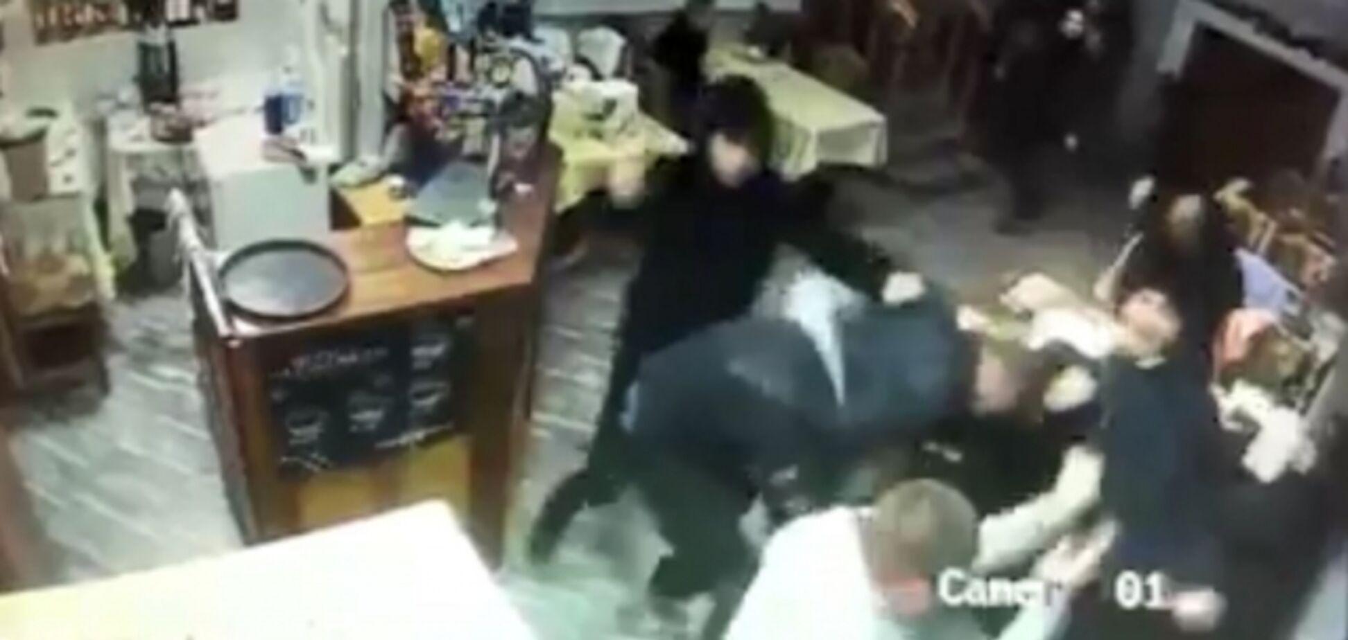 У Мукачеві кийками побили відвідувачів кафе: бійня потрапила на відео