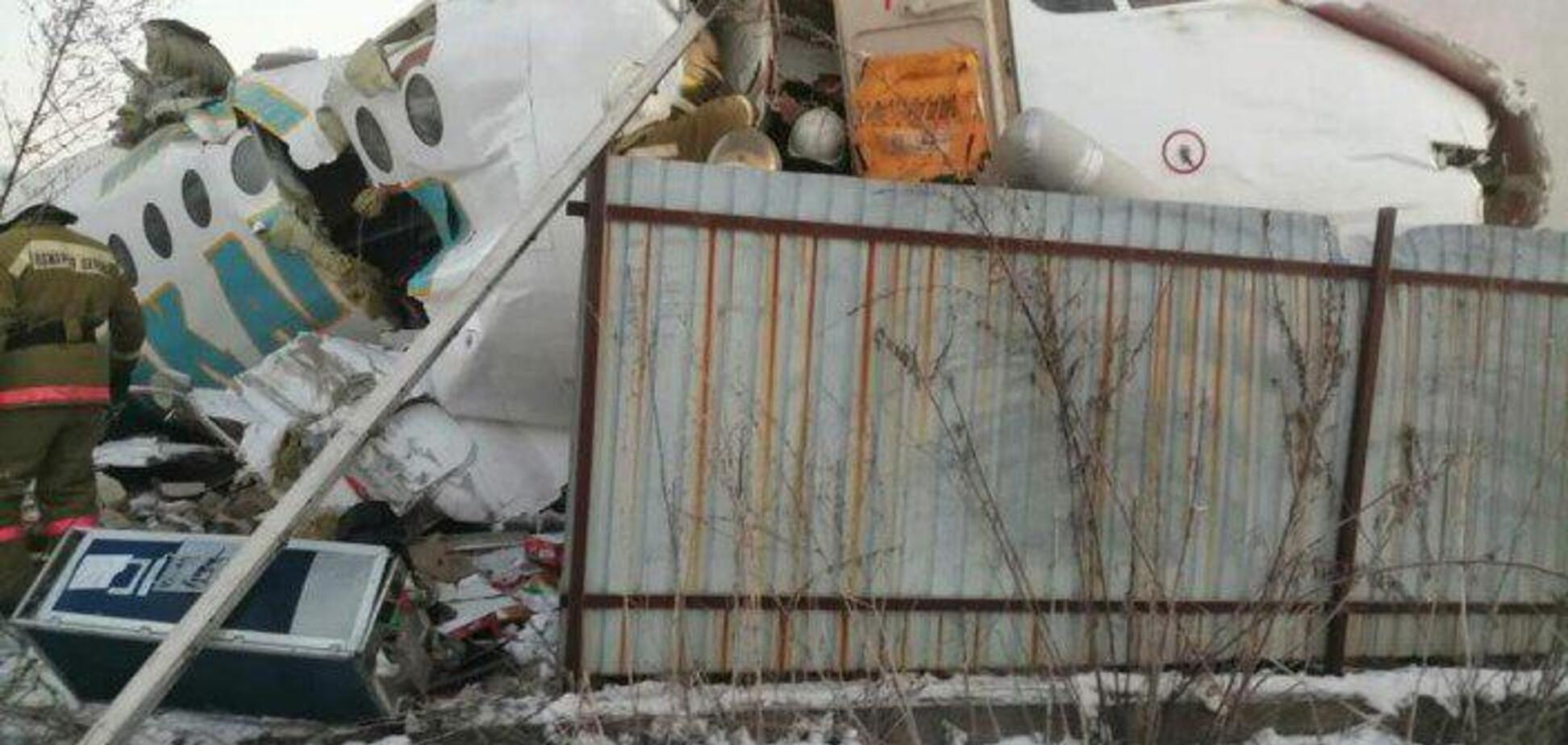 В Казахстане рухнул самолет с сотней людей: первые видео с места ЧП