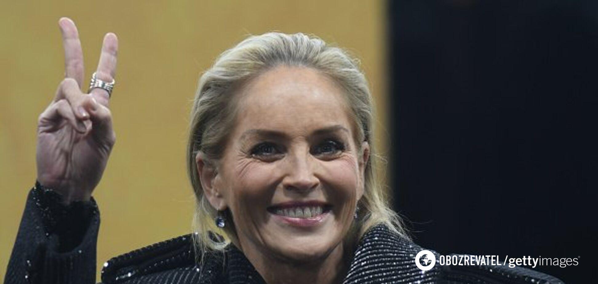 Без лифчика и макияжа: 61-летнюю Шэрон Стоун застукали в салоне красоты