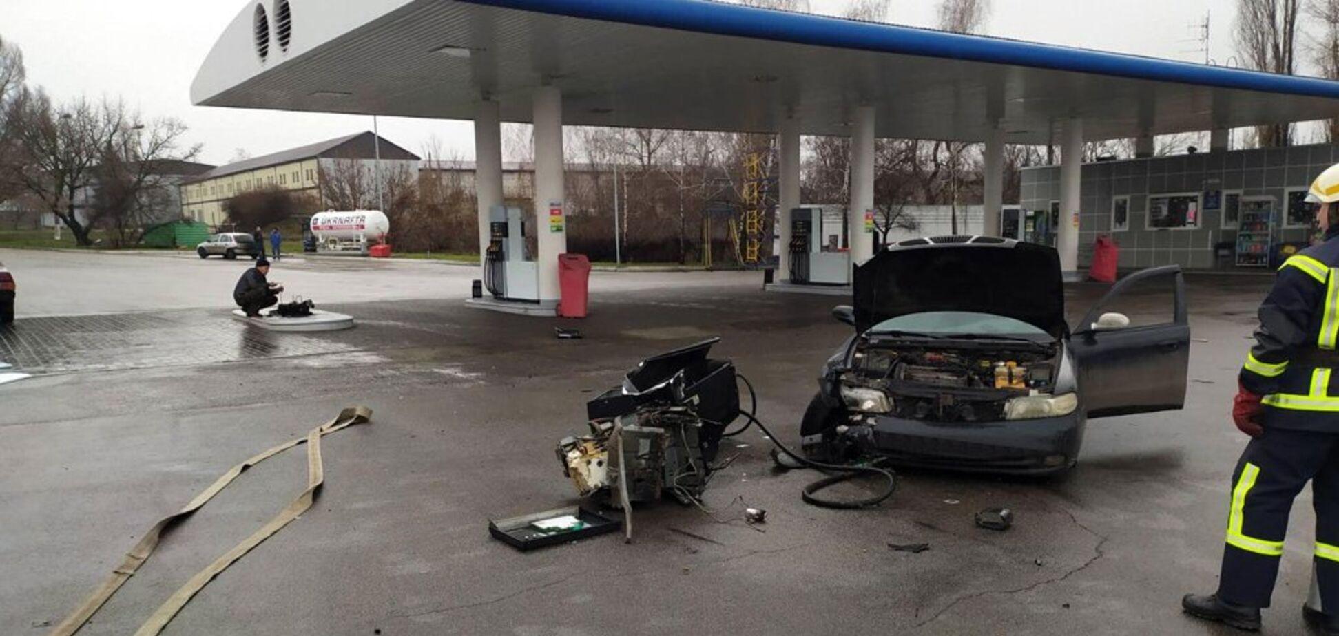 На Дніпропетровщині автомобіль влетів у заправку: дивом ніхто не постраждав. Фото