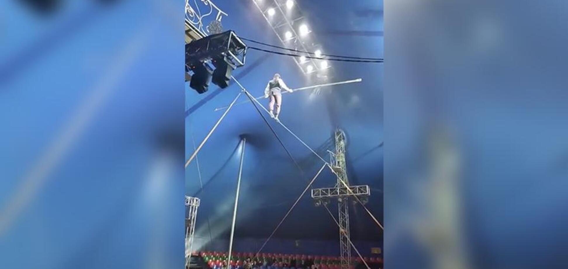 У Росії акробат зірвався з каната, впавши головою вниз - момент потрапив на відео
