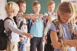 Б'є та принижує: на Волині вчителька зацькувала школярку через релігію