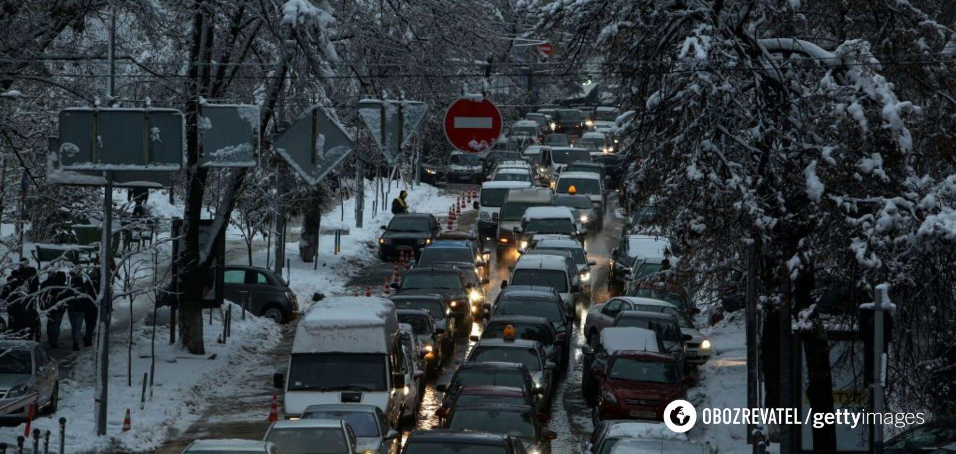 Тягнуться кілометри: Київ завмер у заторах через сніг. Карта