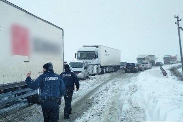 Сніг призвів до заторів на дорогах Одещини