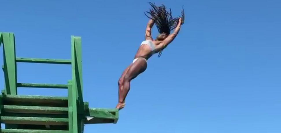 Вражаючий стрибок знаменитої гімнастки зібрав мільйони переглядів