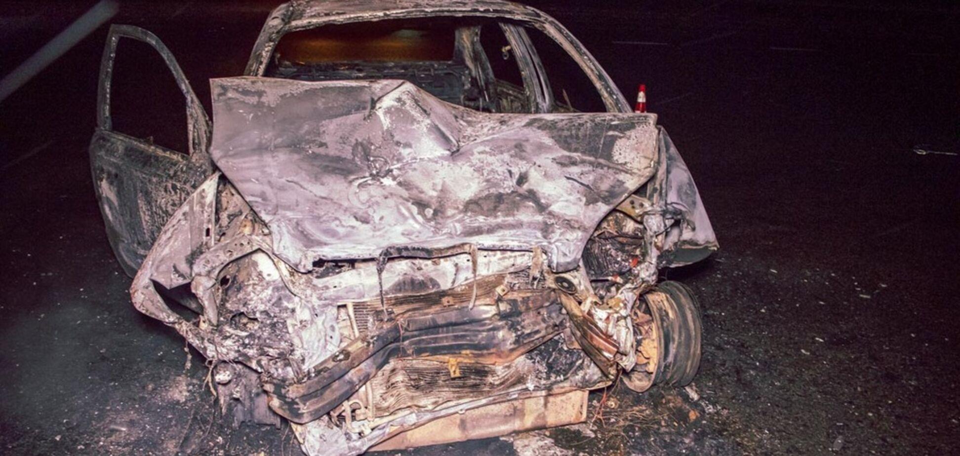 Авто згоріло дотла: під Києвом трапилася страшна ДТП. Фото і відео
