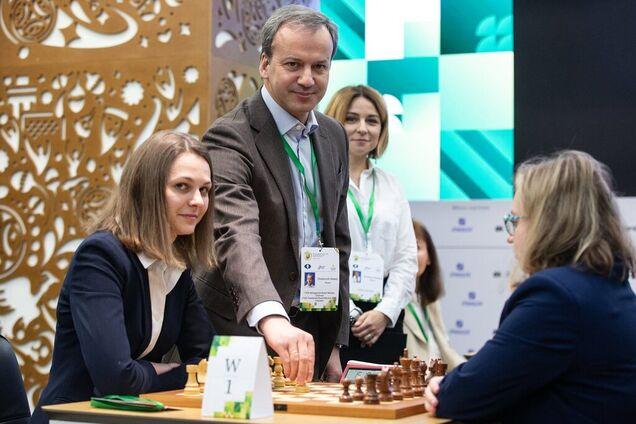 Анна Музичук (зліва)