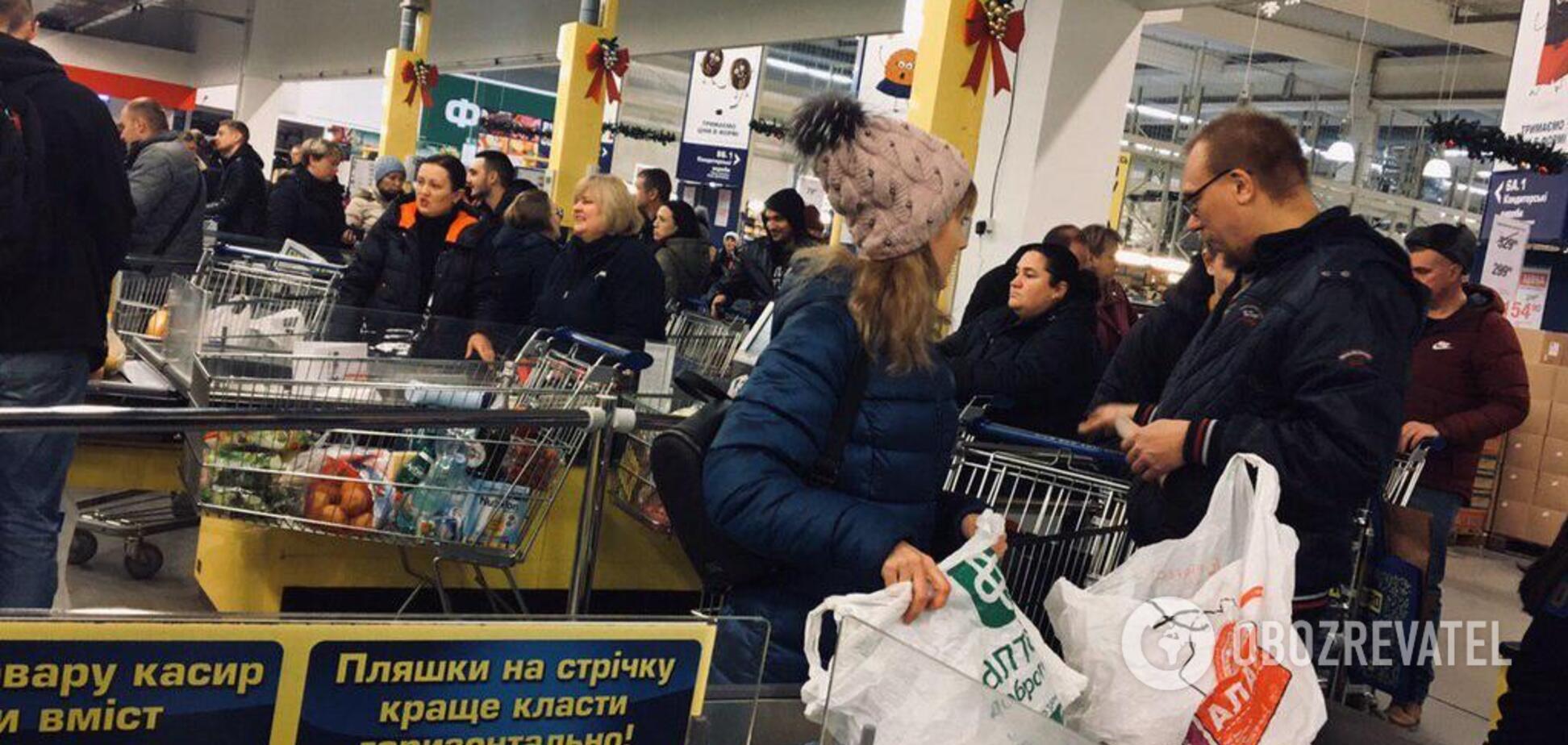Як дніпряни 'розносять' супермаркети перед святом. Фото