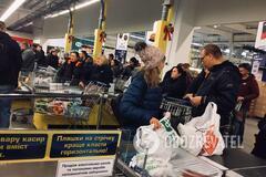 Как днепряне 'разносят' супермаркеты перед праздником. Фото