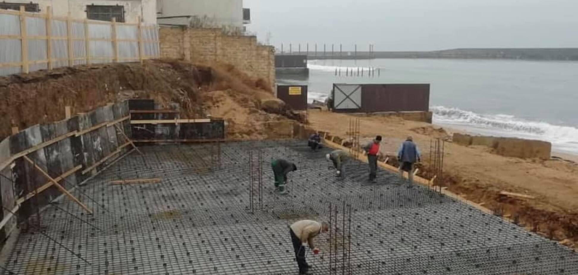 Оккупанты захватили пляж в Крыму