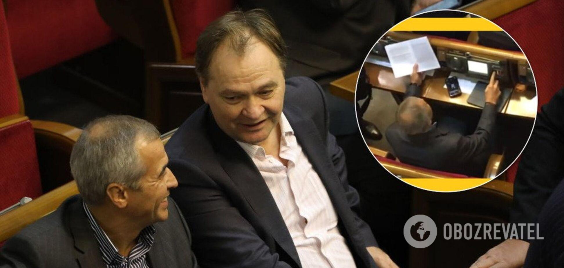 Прикривався аркушем: у Раді депутат встановив рекорд із кнопкодавства