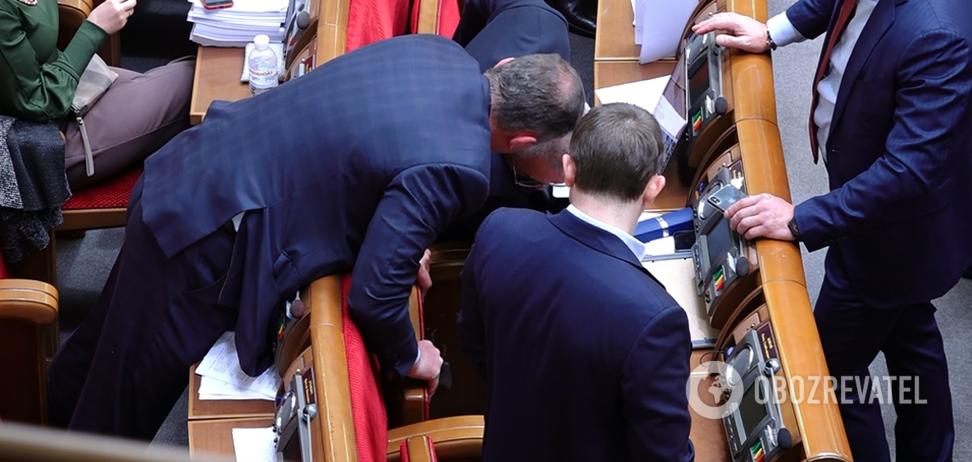 Ломают стулья? Нардепов в Раде засняли за необычным занятием. Видео