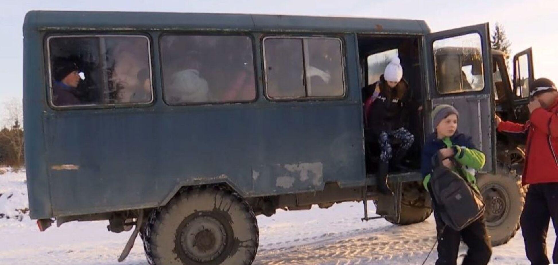 Зато не 'евробляха': на Прикарпатье школьникам подарили ржавый 'автобус' с 70-х. Видео