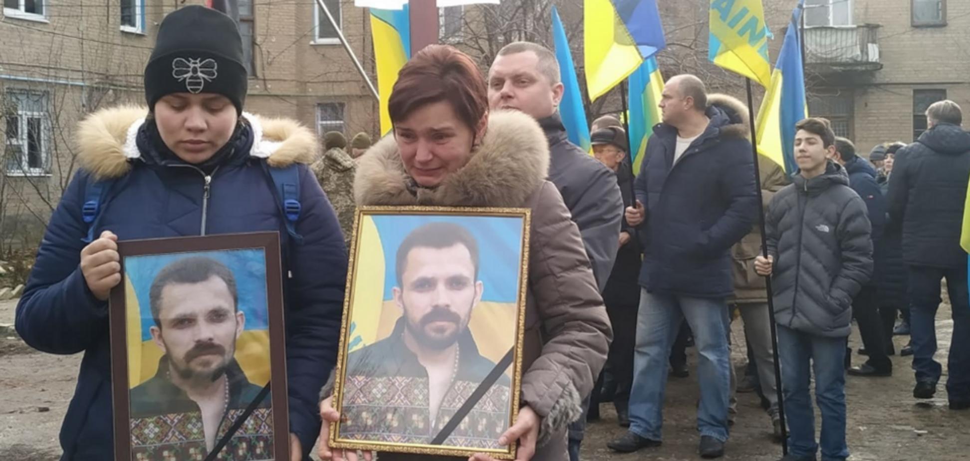 На Донетчине похоронили убитого за украинский язык волонтера: фото и видео 18+