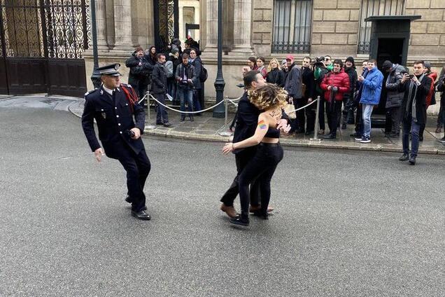 Активистка Femen перед Елисейским дворцом