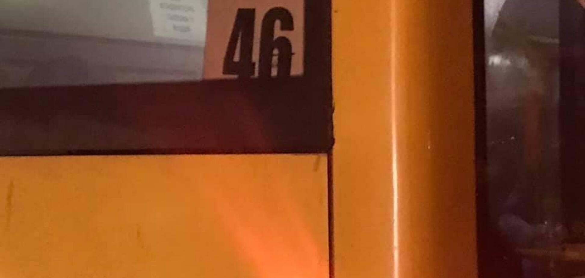 ''Викручував руки, вибив телефон'': у Києві кондуктор тролейбуса напав на пасажирку