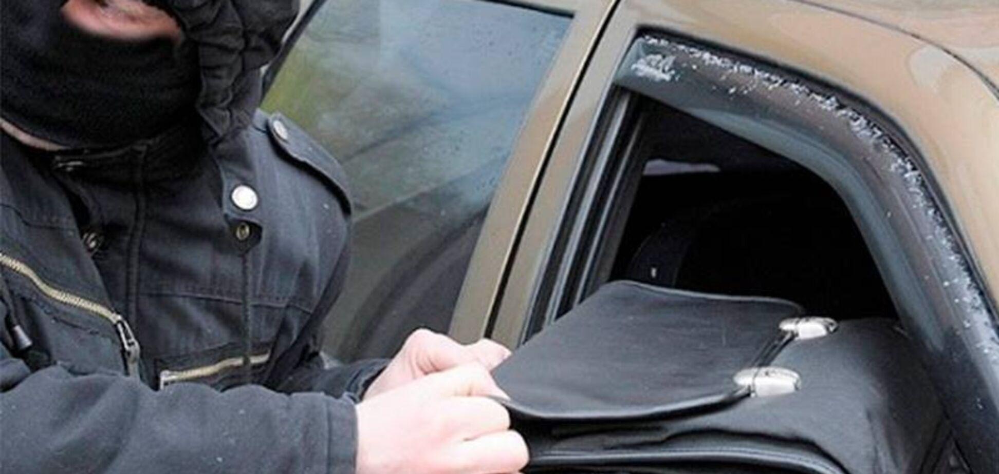 Налетіли в масках: в Києві з авто вкрали $40 тисяч, введено 'Перехоплення'