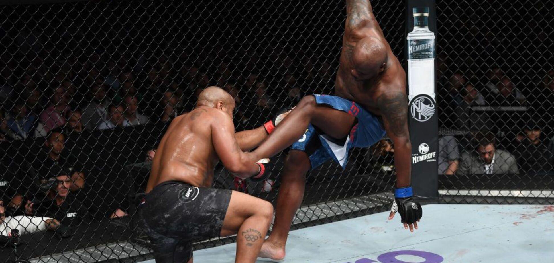 Знаменитый чемпион UFC чихнул и получил тяжелую травму, лишившись боев