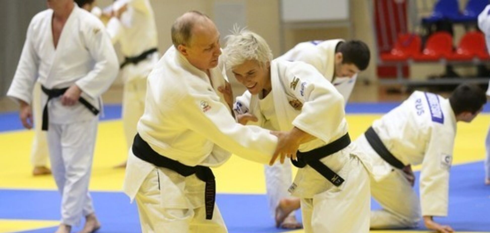 Путин проиграл бой женщине и полез целоваться: фото спортсменки