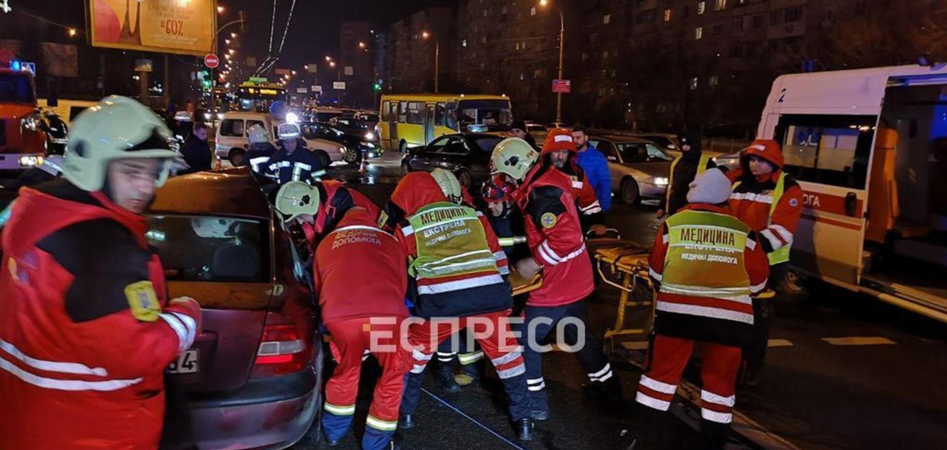 У Києві авто на єврономерах влаштували жорстку ДТП: фото і відео