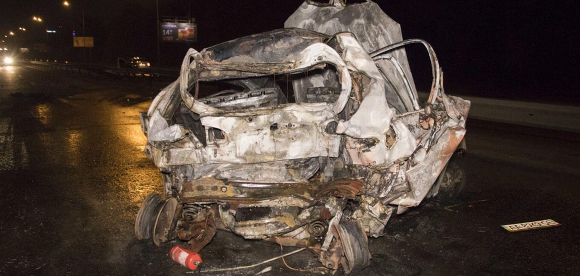 Авто в клочья: в Киеве после ДТП живьем сгорела пассажирка такси