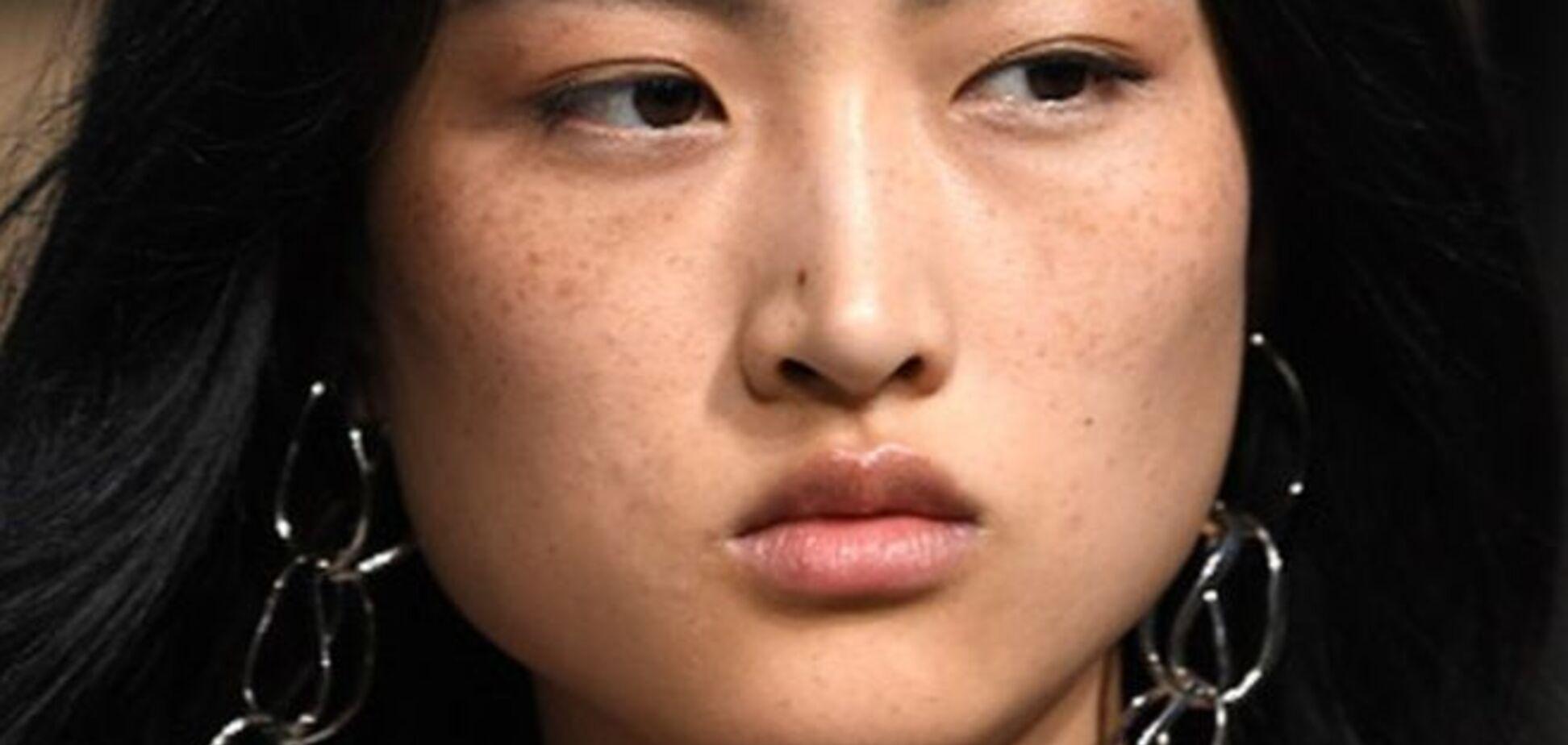 'Вони потворні!' Zara потрапив у скандал через китайську модель з веснянками