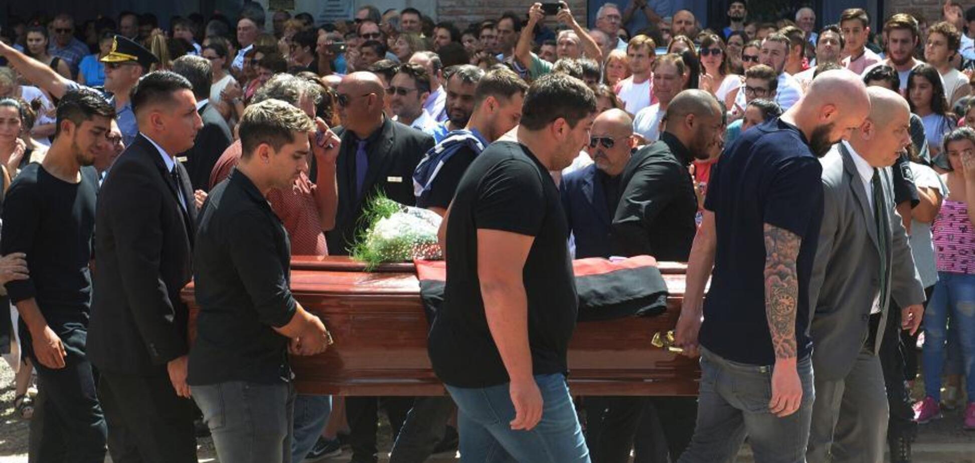 Эмилиано Сала: на похороны пришел лабрадор — трогательные фото