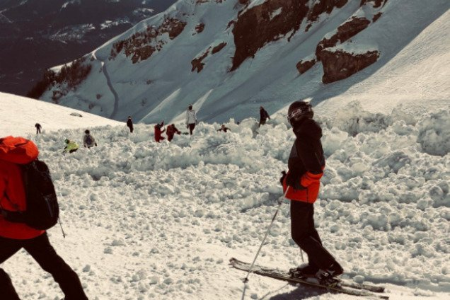 Погребены 12 человек: популярный курорт Швейцарии накрыла лавина. Фото и видео с места ЧП