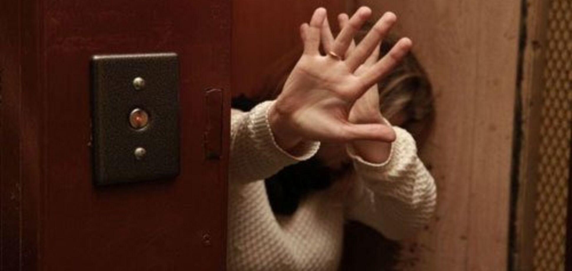 Насилует в лифтах: в Харькове забили тревогу из-за маньяка