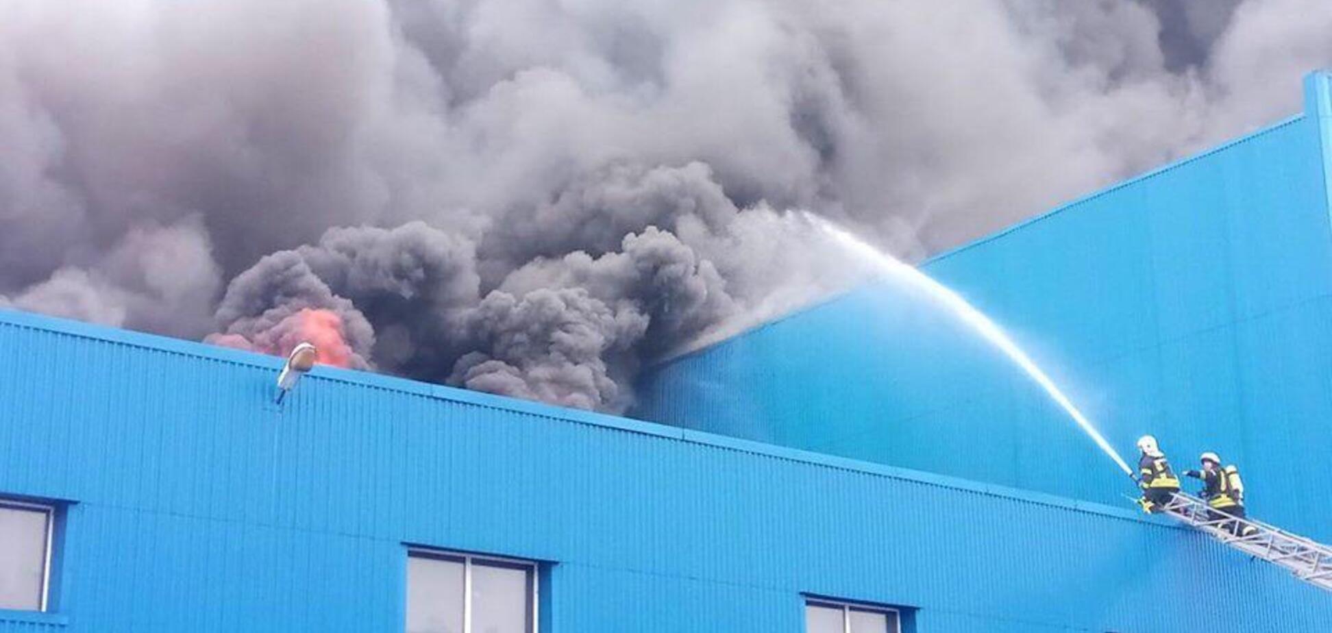 Небо чорне від диму: в Києві трапилася масштабна пожежа на складах. Фото і відео страшної НП