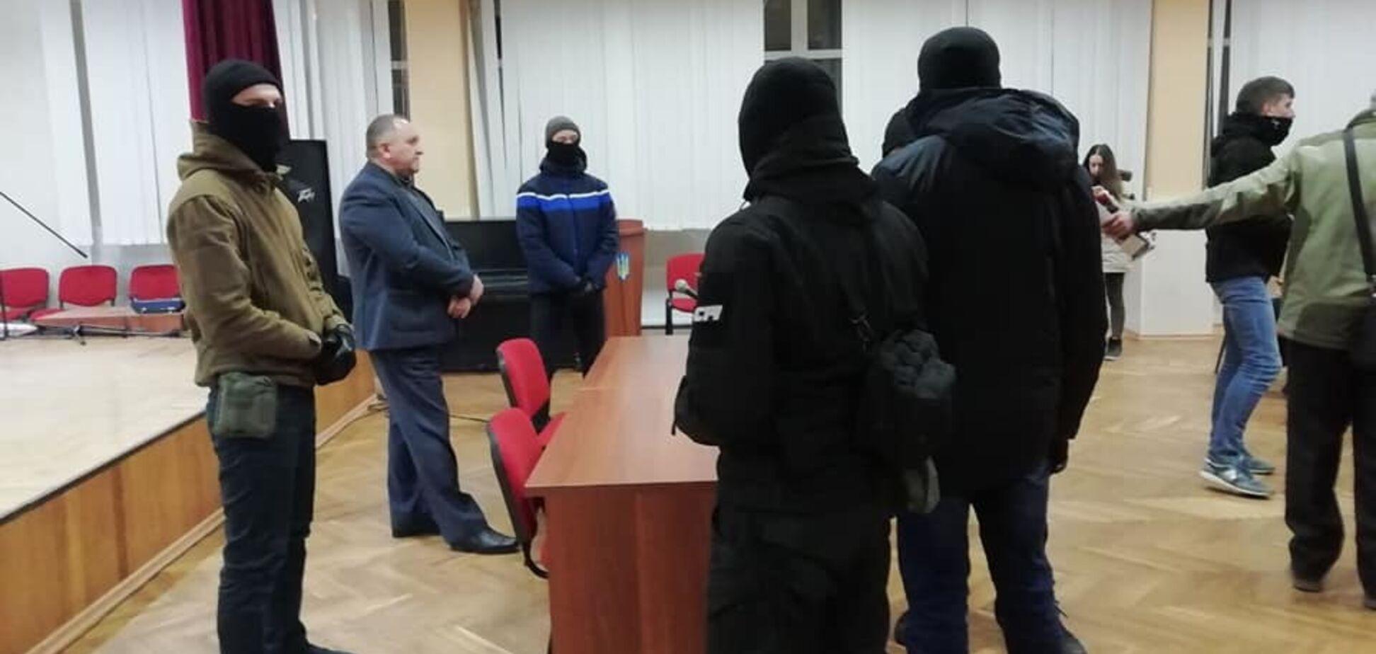 Поднимал флаг РФ и звал Путина: в Днепре жестко проучили фаната 'русского мира' в избиркоме