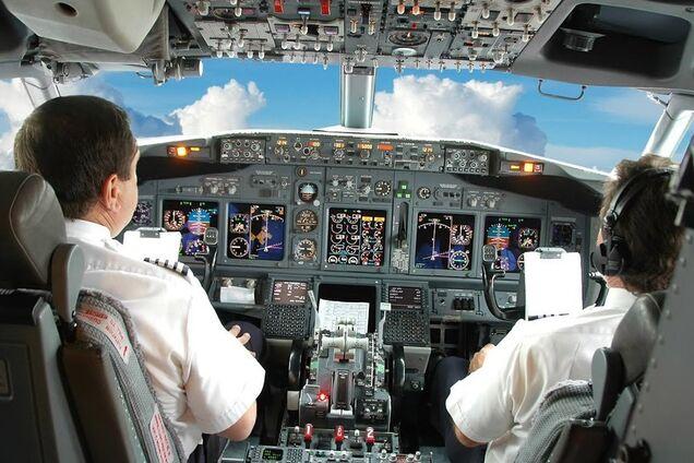 Пилот пассажирского самолета уснул во время полета: видео