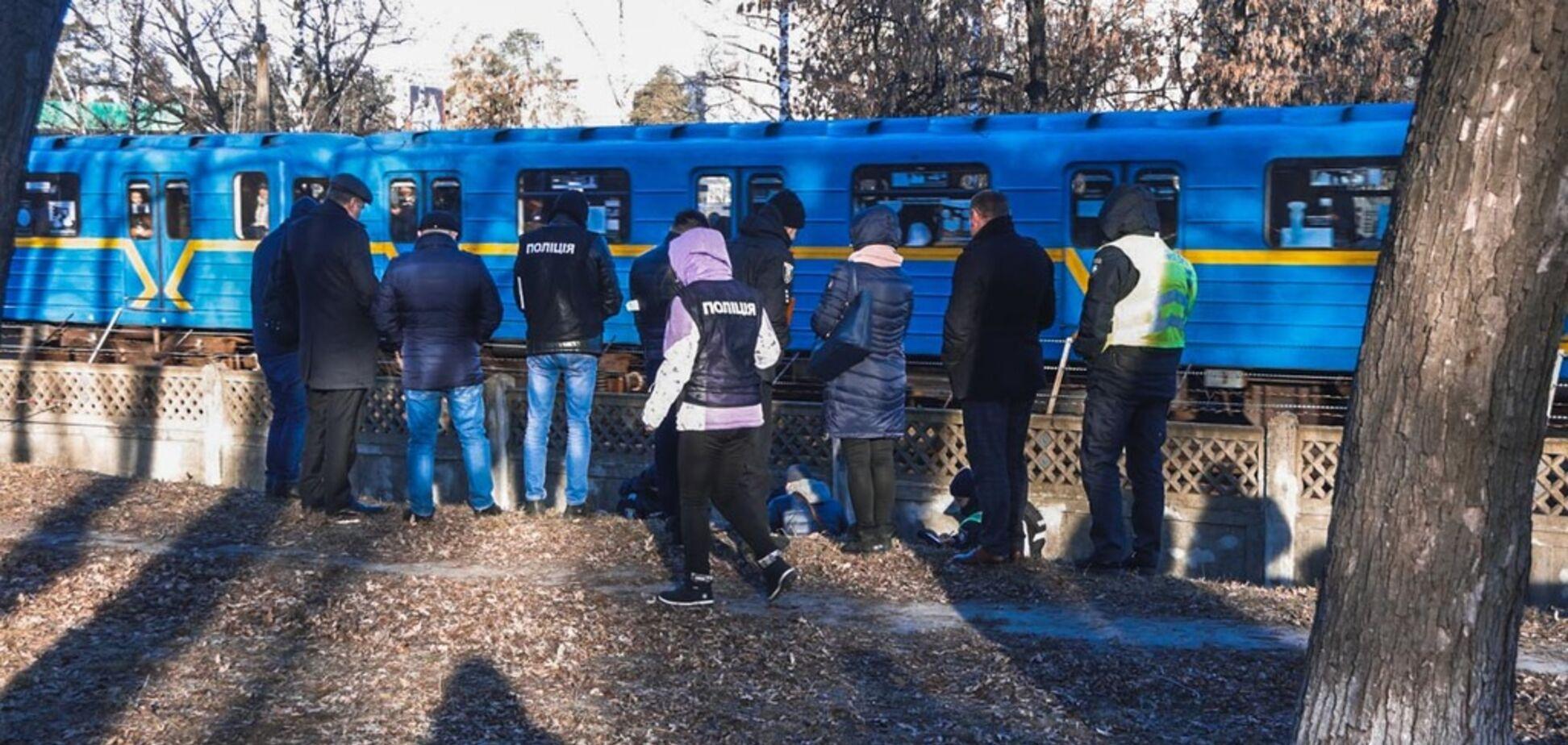 У Києві біля метро знайшли труп голої жінки: відео з місця НП