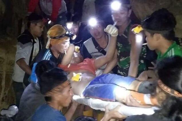 Обрушение золотой шахты в Индонезии
