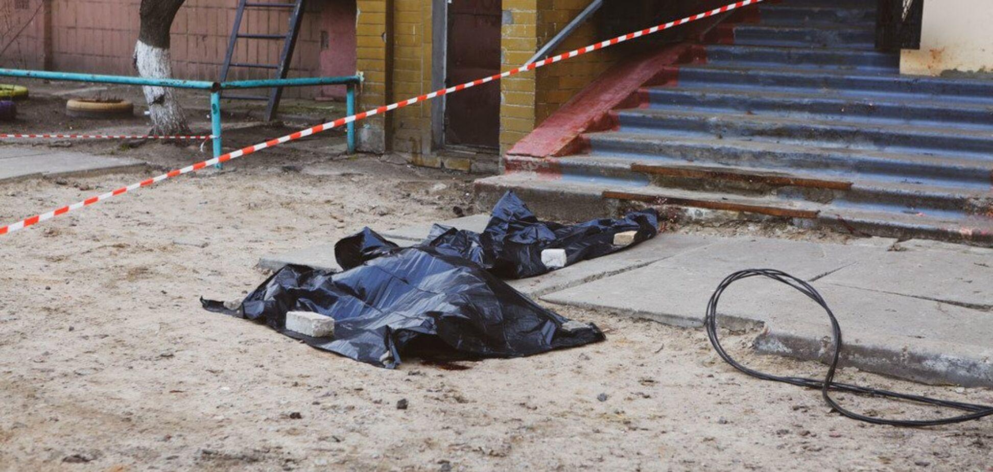 У Києві з вікна багатоповерхівки випав нацгвардієць: фото з місця трагедії