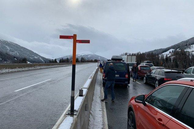 Пробка в 12 км: в Италии тысячи машин остановил аномальный снег. Фото и видео стихии