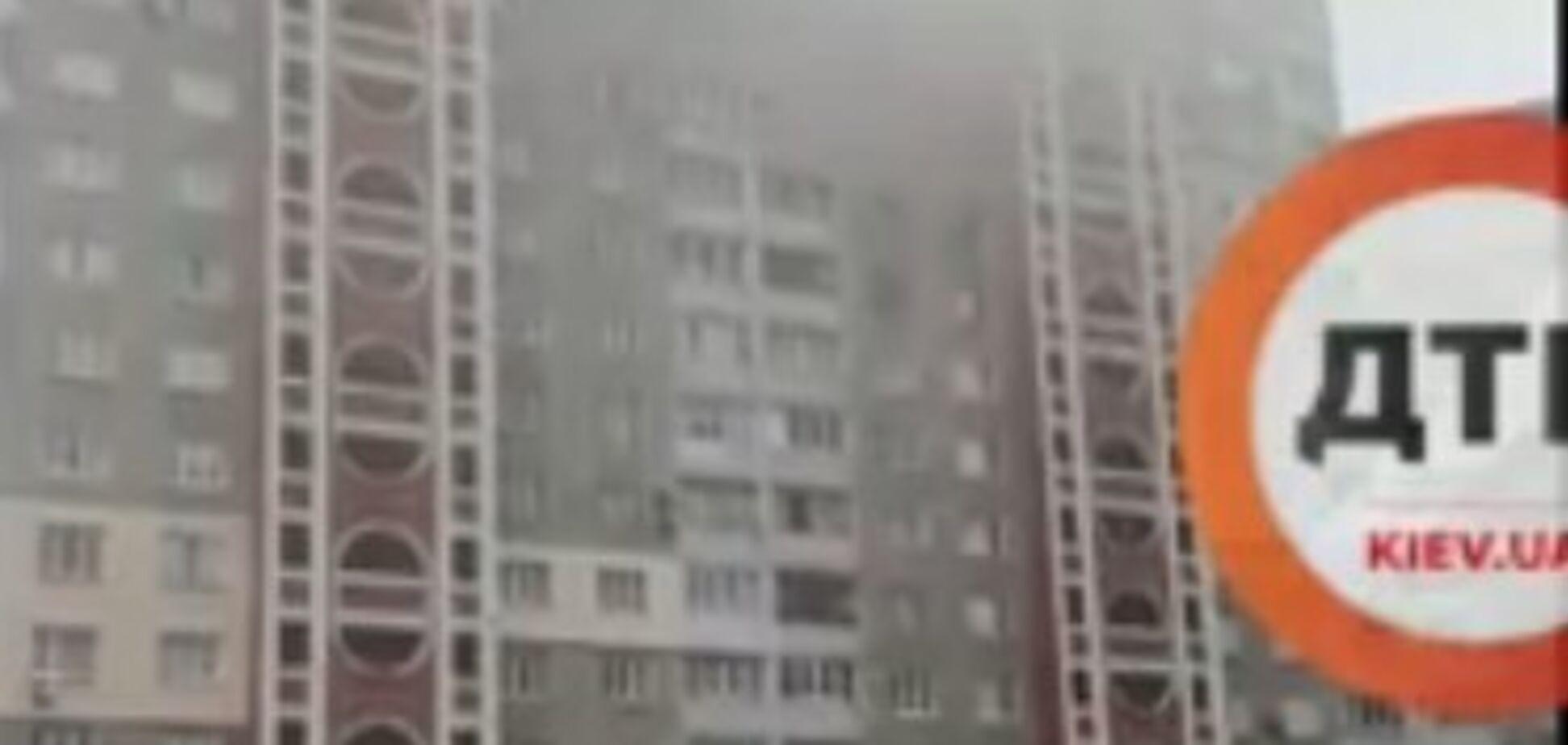 У Києві загорілася житлова багатоповерхівка: відео масштабної пожежі