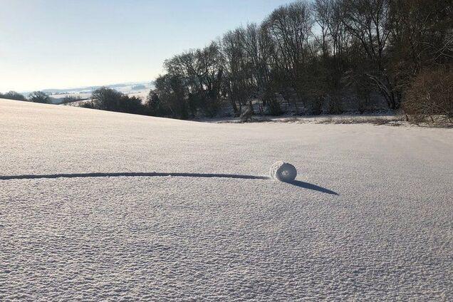''Не видел ничего подобного'': в Англии обнаружили таинственные шары из снега