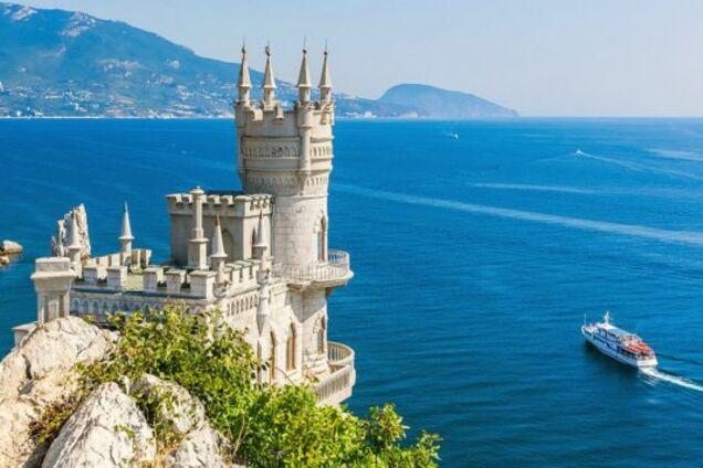 """Иллюстрация. Одно из популярных туристических мест в Крыму — """"Ласточкино гнездо"""""""