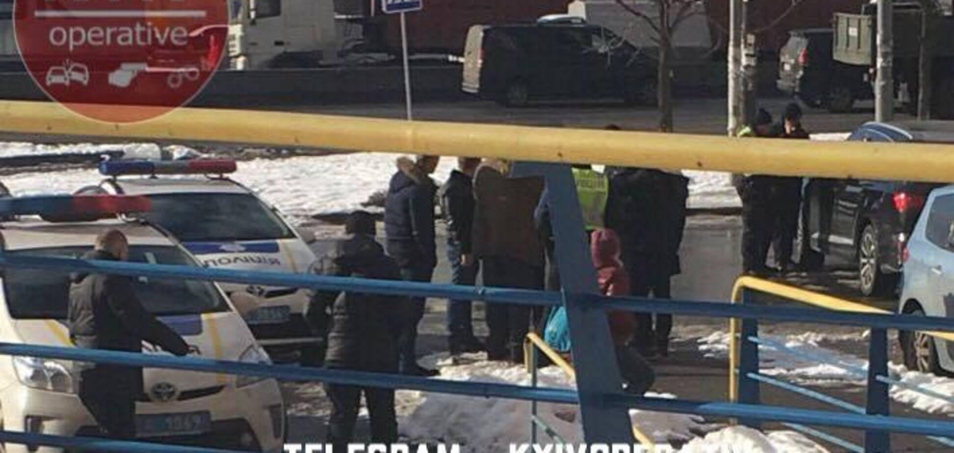 ''Погрожували зброєю, відбирали авто'': в Києві біля банку напали на чоловіка