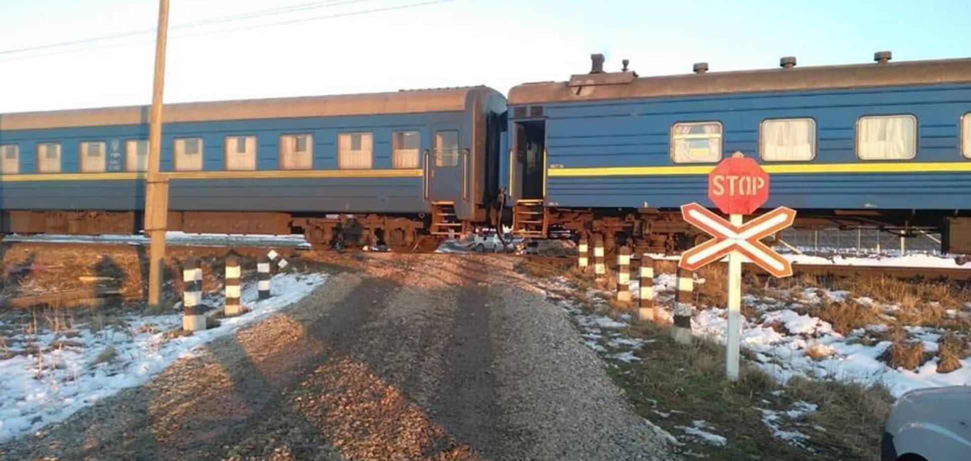 На Прикарпатті пасажирський поїзд протаранив вантажівку: з'явилися моторошні фото