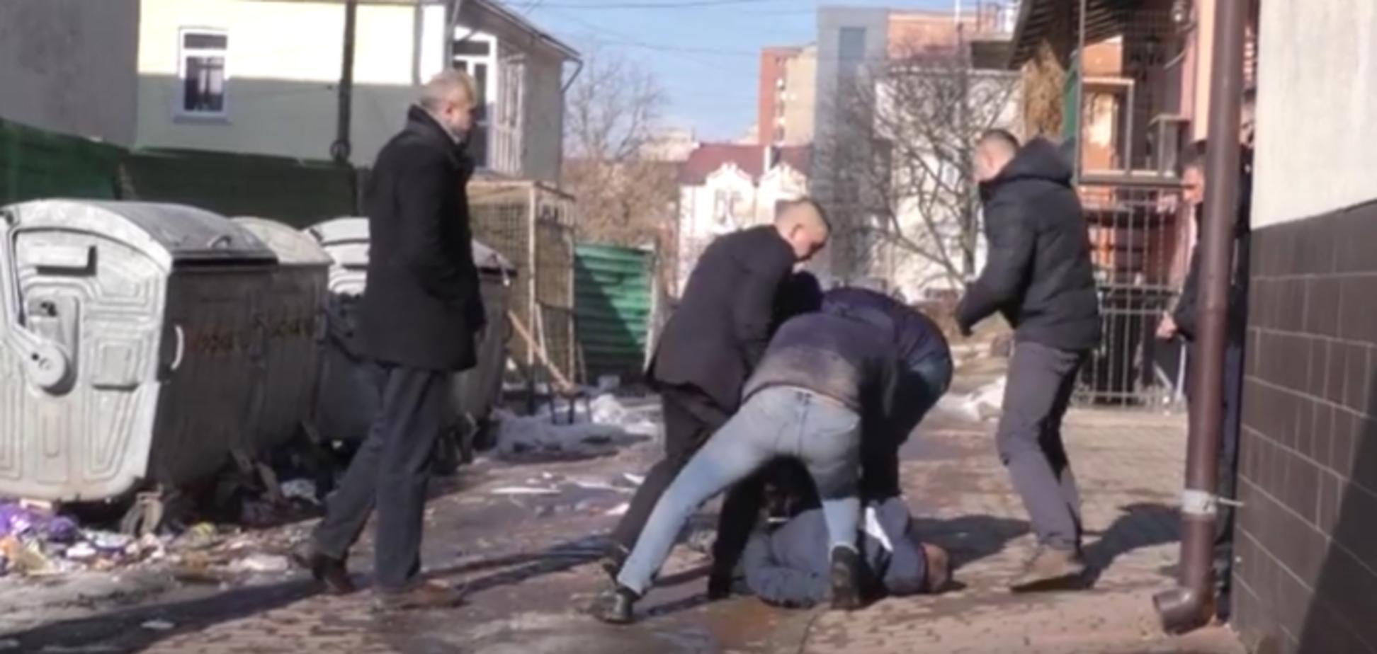 На Прикарпатті обстріляли офіс радіостанції: поранений поліцейський