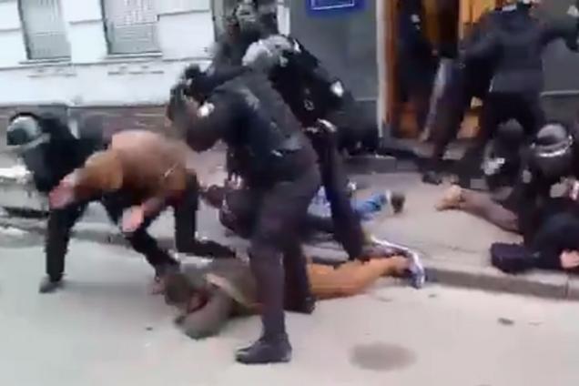 Затримання під Подільським райвідділом поліції