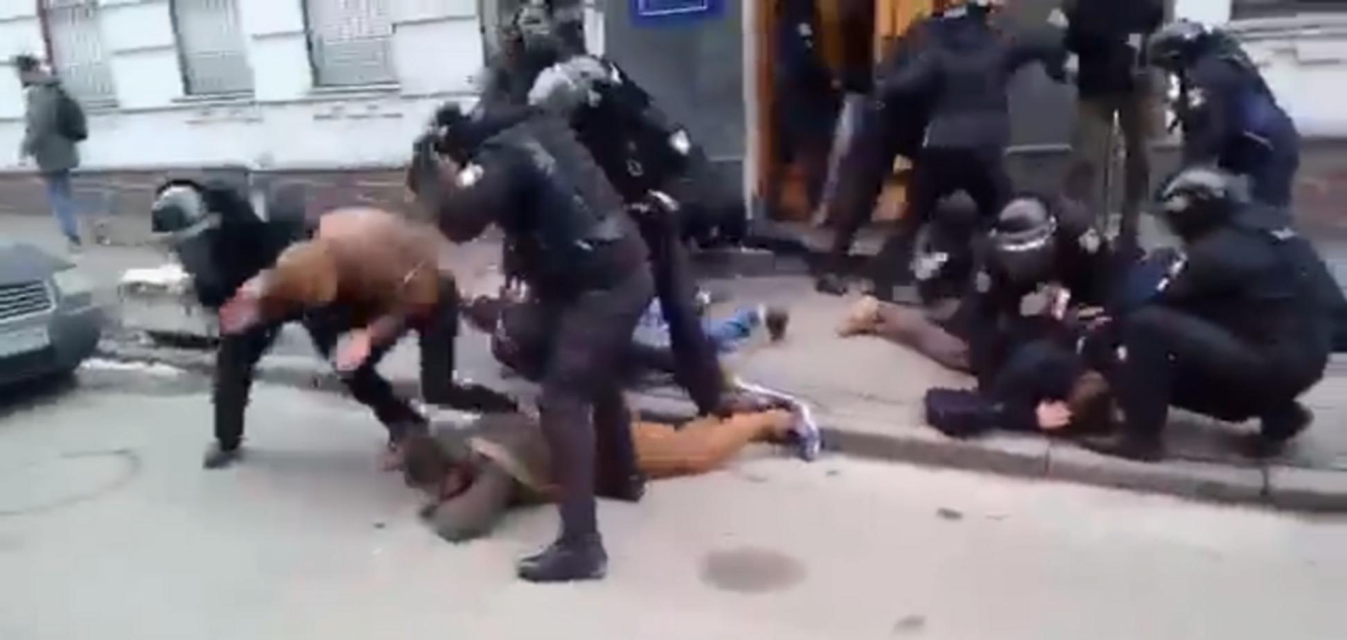 ''Убий його нах*й'': опубліковано жорстке відео бійки з поліцією в Києві. Кадри 18+