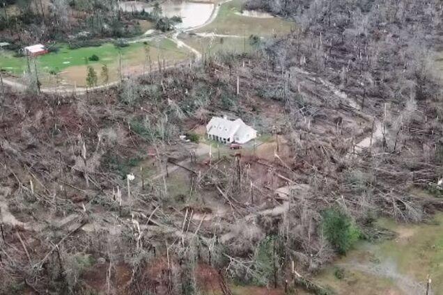В США в эпицентре торнадо чудом уцелел дом: жуткие кадры